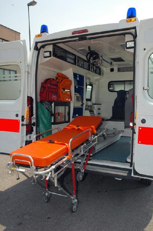 Allestimento in VETRORESINA per ambulanza di soccorso realizzato su nuovo Fiat Ducato X250. immagine 6