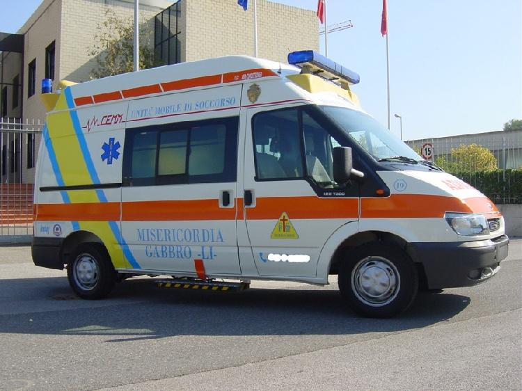 Allestimento in acciaio INOX (lavorazione a specchio) per ambulanza di soccorso realizzato su Ford Transit.  immagine 2