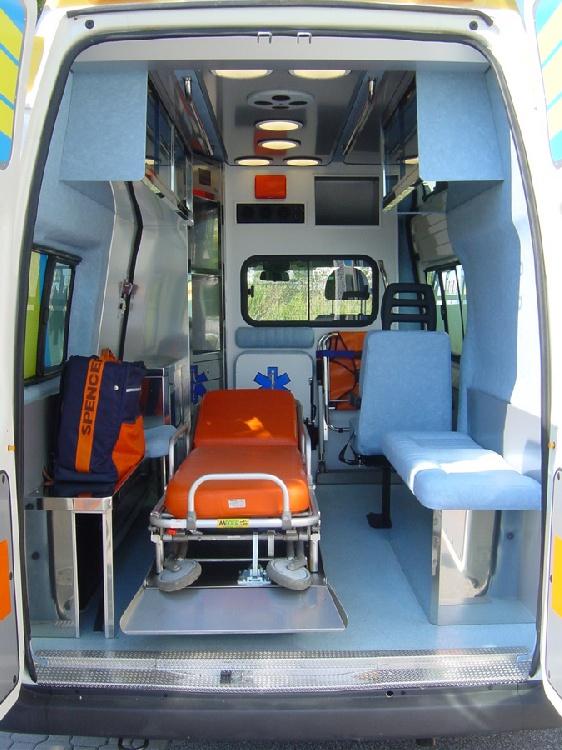 Allestimento in acciaio INOX (lavorazione a specchio) per ambulanza di soccorso realizzato su Ford Transit.  immagine 9