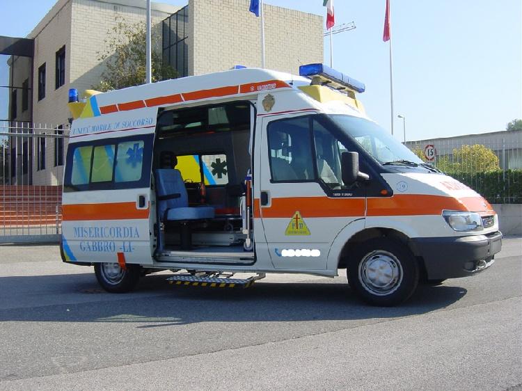 Allestimento in acciaio INOX (lavorazione a specchio) per ambulanza di soccorso realizzato su Ford Transit.  immagine 5