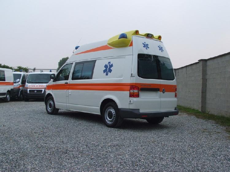 Allestimento in VETRORESINA per ambulanza di tipo A1, realizzato su nuovo Volkswagen Transporter T5. immagine 2