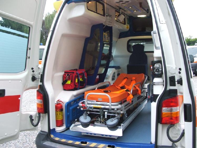 Allestimento in VETRORESINA per ambulanza di tipo A1, realizzato su nuovo Volkswagen Transporter T5. immagine 4