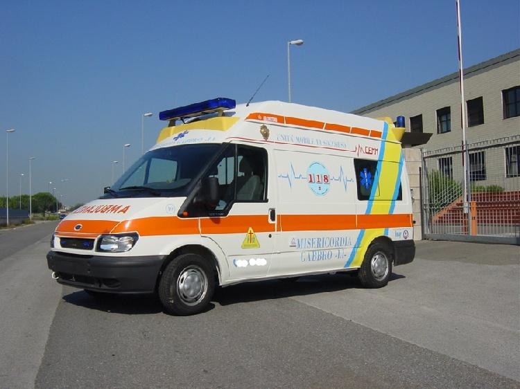 Allestimento in acciaio INOX (lavorazione a specchio) per ambulanza di soccorso realizzato su Ford Transit.