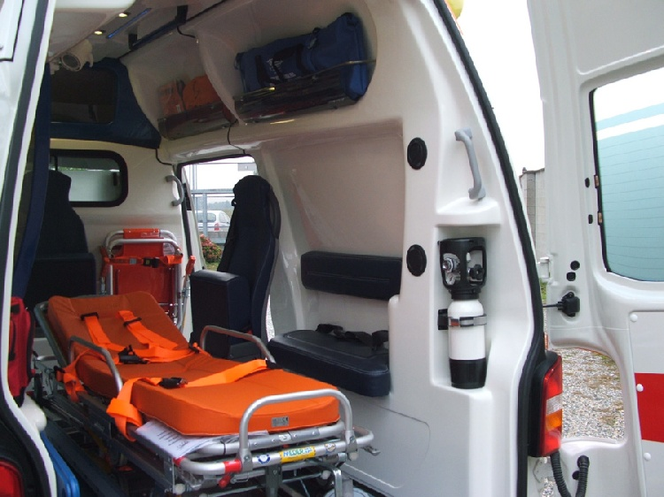 Allestimento in VETRORESINA per ambulanza di tipo A1, realizzato su nuovo Volkswagen Transporter T5. immagine 5