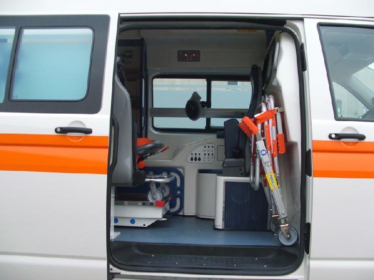 Allestimento in VETRORESINA per ambulanza di tipo A1, realizzato su nuovo Volkswagen Transporter T5. immagine 3