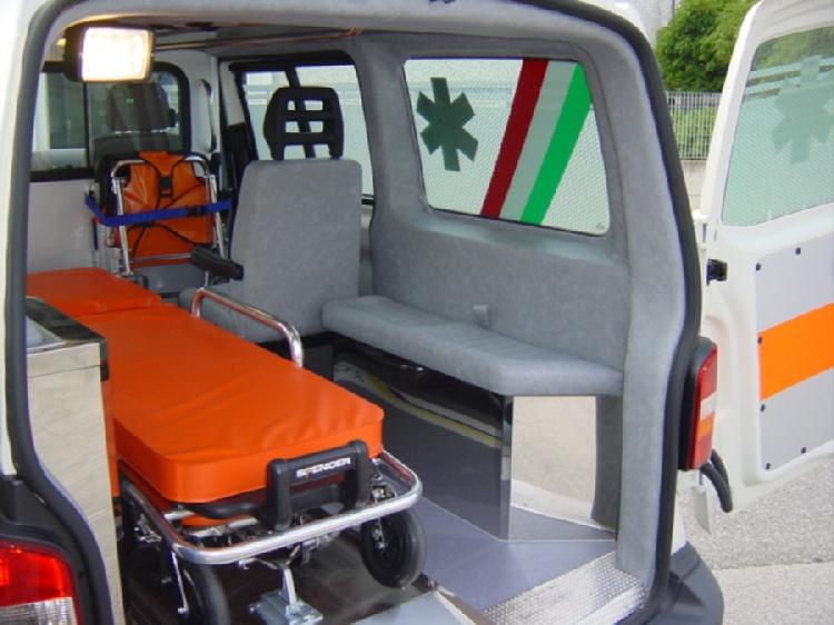 Allestimento in acciaio INOX su Vokswagen Transporter T5 tetto basso. immagine 6