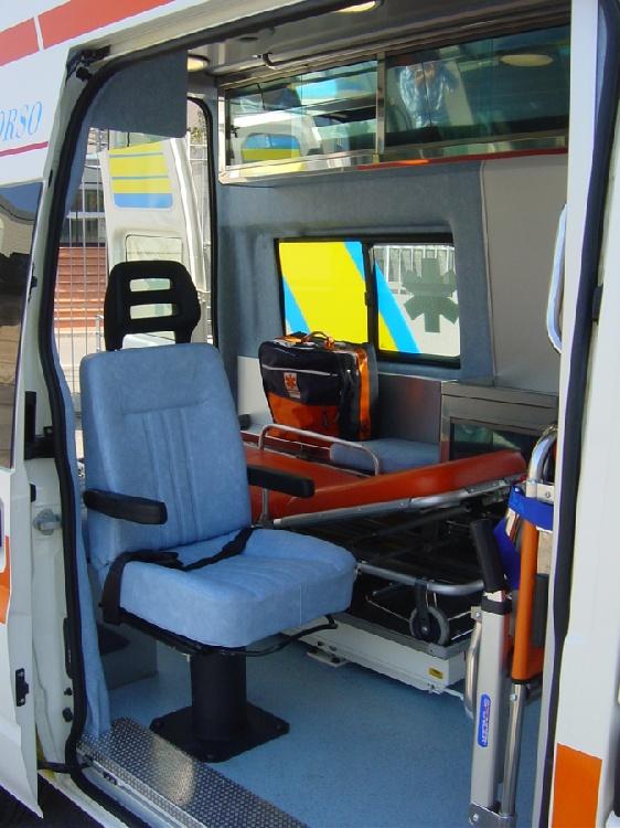 Allestimento in acciaio INOX (lavorazione a specchio) per ambulanza di soccorso realizzato su Ford Transit.  immagine 6