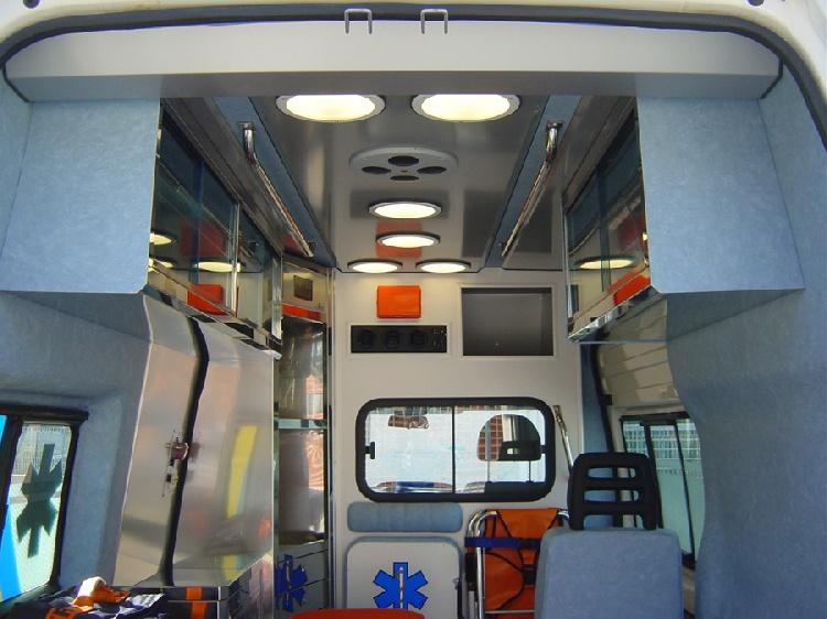Allestimento in acciaio INOX (lavorazione a specchio) per ambulanza di soccorso realizzato su Ford Transit.  immagine 8