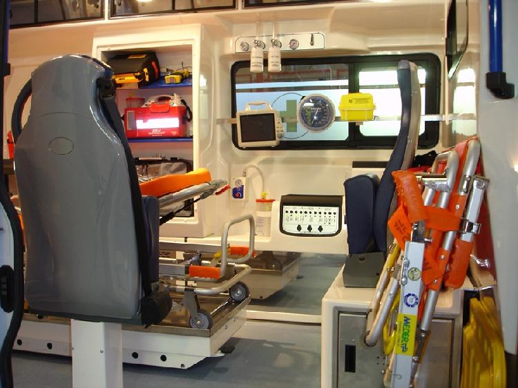 Allestimento in VETRORESINA per ambulanza di soccorso realizzato su nuovo Fiat Ducato X250. immagine 4