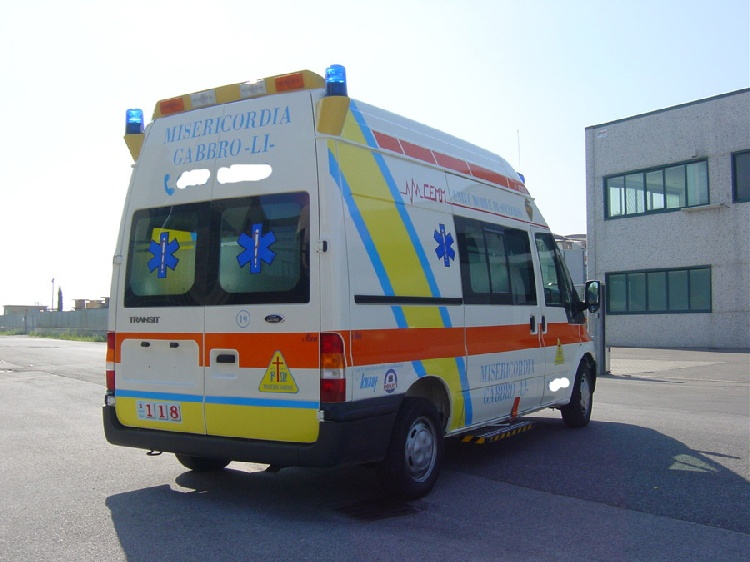Allestimento in acciaio INOX (lavorazione a specchio) per ambulanza di soccorso realizzato su Ford Transit.  immagine 3